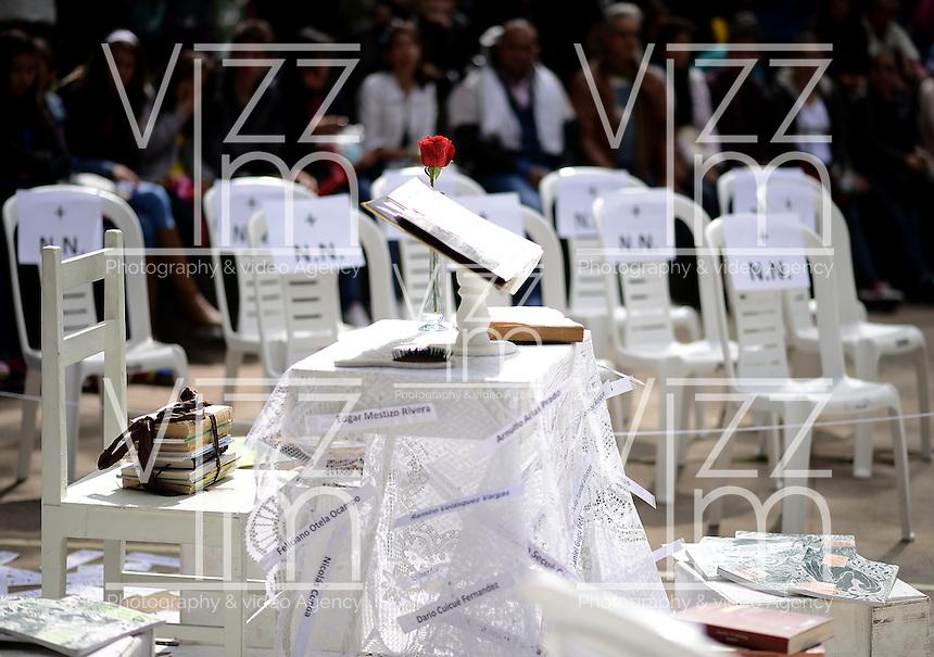 """BOGOTÁ-COLOMBIA-12-04-2014. Presentación de la instalación """"Agúzate... que te están Velando"""", de Ensamblaje Teatro de Colombia realizado en el Parque Nacional de Bogotá y que forma parte de la programación calle del XIV Festival Iberoamericano de Teatro de Bogotá 2014./ Installation """"Aguzate... que te estan Velando"""", of Ensamblaje Teatro from  Colombia performed at National Park of Bogota as a part of street schedule of the XIV Ibero-American Theater Festival of Bogota 2014.  Photo: VizzorImage/ Gabriel Aponte /Staff"""