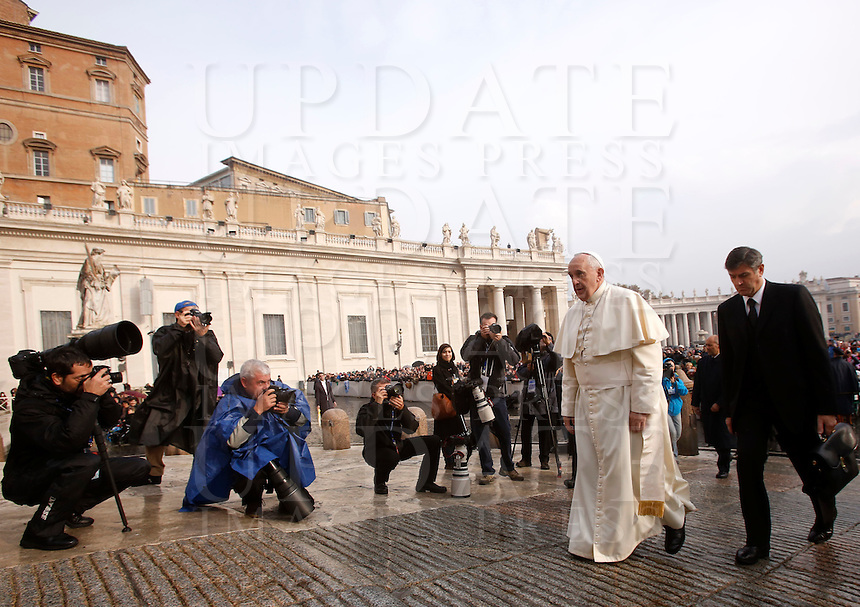 Papa Francesco al suo arrivo all'udienza generale del mercoledi' in Piazza San Pietro, Citta' del Vaticano, 26 novembre 2014.<br /> Pope Francis arrives for his weekly general audience in St. Peter's Square at the Vatican, 26 November 2014.<br /> UPDATE IMAGES PRESS/Riccardo De Luca<br /> <br /> STRICTLY ONLY FOR EDITORIAL USE