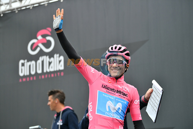 Maglia Rosa Richard Carapaz (ECU) Movistar Team at sign on before Stage 16 of the 2019 Giro d'Italia, running 194km from Lovere to Ponte di Legno, Italy. 28th May 2019<br /> Picture: Massimo Paolone/LaPresse | Cyclefile<br /> <br /> All photos usage must carry mandatory copyright credit (© Cyclefile | Massimo Paolone/LaPresse)