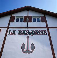 """Europe/France/Aquitaine/64/Pyrénées-Atlantiques/Saint-Jean-de-Luz/Ciboure : Détail façade coopérative des pêcheurs """"La Basquaise"""" sur le port"""