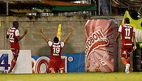 ENVIGADO -COLOMBIA-21-09-2014. Wilson Morelo (C) jugador de Independiente Santa Fe celebra un gol anotado a Envigado FC durante partido por la fecha 10 de la Liga Postobón II 2014 realizado en el Polideportivo Sur de la ciudad de Envigado./ Wilson Morelo (C) player of Independiente Santa Fe celebrate a goal scored to Envigado FC during match for the 10th date of the Postobon League II 2014 at Polideportivo Sur in Envigado city.  Photo: VizzorImage/Luis Ríos/STR