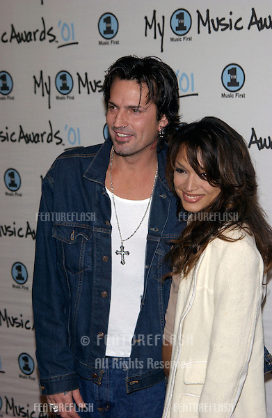 Rock star TOMMY LEE with new girlfriend MAYTE, former wife of Prince, at the My VH1 Music Awards in Los Angeles..02DEC2001.  © Paul Smith/Featureflash