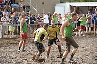 5. Matschfussball-Meisterschaft in Woellnau. Auf zwei gefluteten Aeckern wird alljaehrlich in Wöllnau (Woellnau) bei Eilenburg der Deutsche Matschfussball-Meister gesucht. Waehrend bei den Herren zehn Teams um die Schale kaempften, stritten bei den Damen vier Teams um die Ballnixe.  Ein feutfroehliches und dreckiges Spektakel, dass gut 1000 Besucher in die Duebener Heide gelockt hat. Am Ende durften bei den Herren das City Bootcamp jubeln. Sie verteidigten den Pott, bezwangen im Finale Battaune mit 3:2. Bei den Damen siegten die Volleyballerinnen aus Priestäblich (Priestaeblich).  im Bild:   Jubel bei den Battaunern ueber das Tor von Marcel Jost. Foto: Alexander Bley