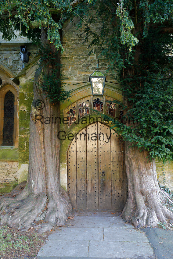 United Kingdom, England, Gloucestershire, Cotswolds, Stow-on-the-Wold: Yew trees and door of St Edward's church | Grossbritannien, England, Gloucestershire, Cotswolds, Stow-on-the-Wold: Tuer der St Edward's Kirche umrahmt von zwei Eiben