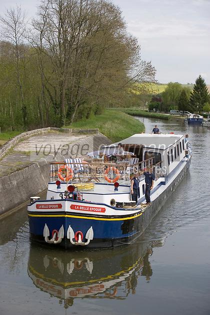 """Europe/France/Bourgogne/89/Yonne/Env de Bazarnes: Navigation fluviale sur la péniche touristique """"La Belle époque """" sur le Canal du Nivernais dans la vallée de l'Yonne"""