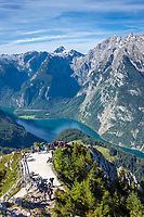 Deutschland, Bayern, Oberbayern, Berchtesgadener Land, Schoenau am Koenigssee: Blick vom Jennergipfel zum Koenigssee, links das Steinerne Meer, rechts der Watzmann | Germany, Upper Bavaria, Berchtesgadener Land, Schoenau am Koenigssee: view from Jenner summit towards Lake Koenigssee with Steinerne Meer mountain range (left) and Watzmann mountain (right)
