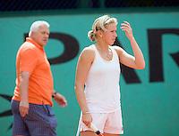 25-5-08, France,Paris, Tennis, Roland Garros, Michaella Krajicek werkt een trainings partij af onder toeziend oog van vader Petr