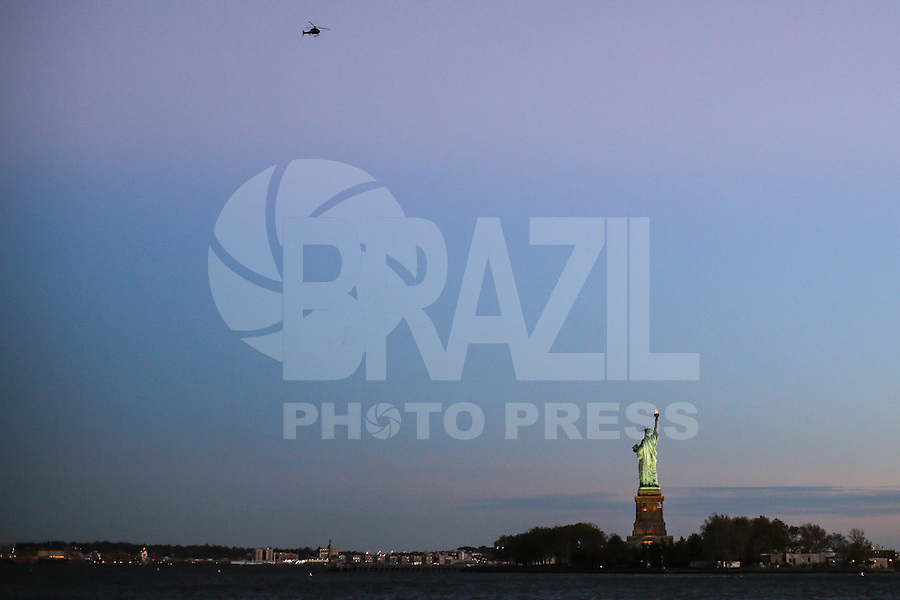 JERSEY CITY, NJ, ESTADOS UNIDOS, 11.11.2016 - TURISMO-EUA - Vista da Estatua da Liberdade a partir de Jersey CIty nesta sexta-feira, 11. (Foto: William Volcov/Brazil Photo Press)