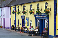 Ireland, County Wicklow, Avoca: Fitzgerald's Irish pub, set in a fictional village called Ballykissangel featured in BBC TV series from 1996 to 2001 | Irland, County Wicklow, Avoca: Fitzgerald's Irish pub, bekannt aus der BBC TV Serie Ballykissangel, die von 1996 bis 2001 in UK ausgestrahlt wurde
