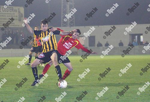 19/11/2011 ; voetbal ; Zwarte leeuw- Cappellen ; Yves Van Beylen ( vooraan zwarte leeuw) in duel met Sil Boeykens.