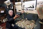 Foto: VidiPhoto<br /> <br /> ARNHEM &ndash; De kersverse miljardair Eef &lsquo;Dagobert&rsquo; Peters, eigenaar van het Arnhems Oorlogsmuseum 40-45, strooit vanaf maandag met miljoenen. Dankzij een donatie van een vrouw die onbekend wenst te blijven, &ldquo;uit angst voor inbrekers&rdquo;, heeft Peters nu letterlijk honderden miljoenen Reichsmarken op de bank en contant in zijn handen. Een bank die overigens in de bunker van Hitler heeft gestaan en vermoedelijk ook zijn eigendom is geweest. De donatie van het enorme vermogen heeft slechts &eacute;&eacute;n klein minpuntje: in euro&rsquo;s is het nog minder waard dan toiletpapier. Het geld dateert van 1923, toen de inflatie in de zogenoemde Weimarrepubliek op z&rsquo;n hoogtepunt was en een brood zo&rsquo;n miljoen Reichsmarken kostte. In die periode kon Duitsland de herstebetalingen van de verloren Eerste Wereldoorlog niet betalen en werd het Ruhrgebied bezet door de Engelsen en Fransen. De geldontwaarding en enorme werkloosheid was voor Adolf  Hitler en z&rsquo;n kornuiten de aanleiding om een (mislukte) staatsgreep te plegen. Omdat het oorlogsmuseum een enorm tekort heeft aan vrijwilligers, is Peters bereid om nieuw &lsquo;personeel&rsquo; 20.000,- per maand te betalen. In Reichsmarken, wel te verstaan.