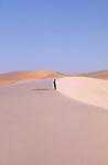 Randonnée en solitaire dans les dunes de Graret el Frass. Mauritanie. Afrique. Lonely trekker in the dunes of Graret el Frass. Mauritania. Africa