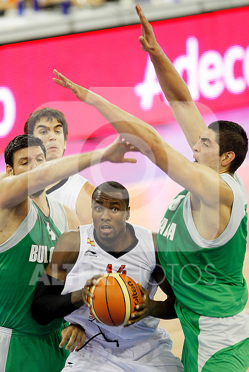 Spain's Serge Ibaka (c) and Bulgaria's Tencho Banev (l) and Nikolay Varbanov during friendly match.August 13,2011. (ALTERPHOTOS/Acero)