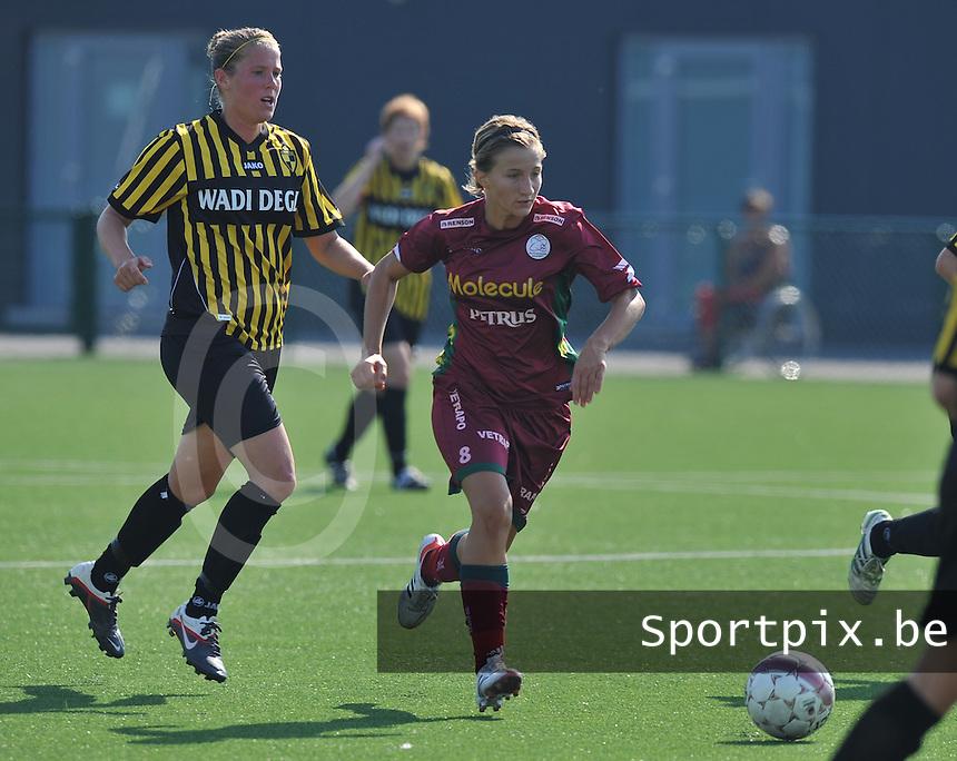 Dames Zulte - Waregem : Elodie Branquart aan de bal voor Lenie Onzia van Lierse.foto DAVID CATRY  / Vrouwenteam.be.
