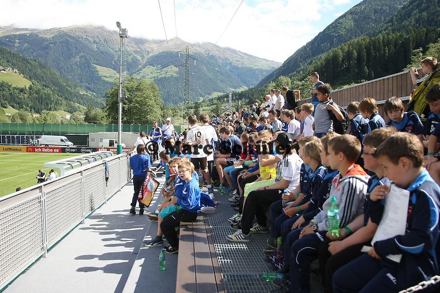 Viele Kinder beim öffentlichen Training der Nationalmannschaft - Abschlusstraining der Deutschen Nationalmannschaft gegen die U20 im Rahmen der WM-Vorbereitung in St. Martin