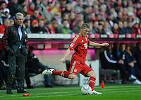 Fussball Bundesliga Saison 2011/2012 9. Spieltag FC Bayern Muenchen - Hertha BSC Berlin V.l.: Trainer Jupp HEYNCKES (FCB) beobachtet Bastian SCHWEINSTEIGER (FCB) am Ball.