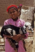 Afrique/Egypte/Env de Louxor/Ancienne Thèbes/El Go Rno: Portrait d'une petite fille et de sa chèvre