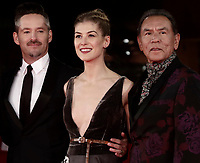 "Il regista statunitense Scott Cooper (l) l'attrice britannica Rosamund Pike (c) e l'attore statunitense Wes Studi posano sul red carpet per la presentazione del film ""Hostiles"" al Festival Internazionale del Film di Roma, 26 ottobre 2017.<br /> US director Scott Cooper (l) British actress Rosamund Pike  (c) and US actor Wes Studi (r) pose on the red carpet to present the movie ""Hostiles"" during the international Rome Film Festival at Rome's Auditorium, October 26,2017.<br /> UPDATE IMAGES PRESS/Isabella Bonotto"