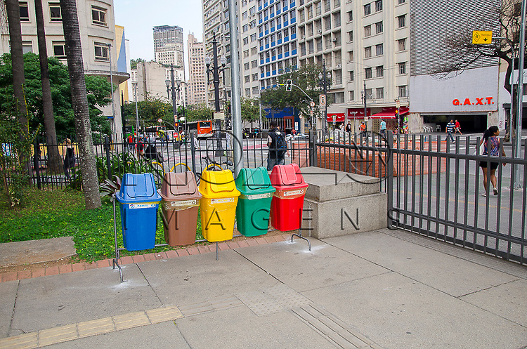 Lixeiras para coleta seletiva, na entrada da Biblioteca Mário de Andrade, São Paulo - SP, 10/2014