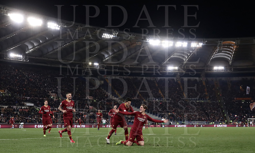 Football, Serie A: AS Roma - US Sassuolo, Olympic stadium, Rome, December 26, 2018. <br /> Roma&rsquo;s Nicol&ograve; Zaniolo (r) celebrates after scoring with his teammates during the Italian Serie A football match between Roma and Sassuolo at Rome's Olympic stadium, on December 26, 2018.<br /> UPDATE IMAGES PRESS/Isabella Bonotto