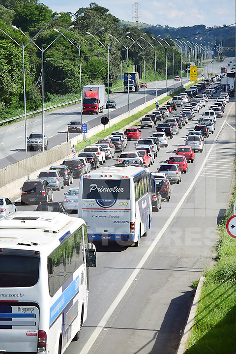 ATIBAIA 27.03.2016 - TRÂNSITO-SP - Movimentação de carros é intensa na volta do feriado da Páscoa, na Rodovia Fernão Dias (BR381), na tarde desse domingo, 27. Segundo a concessionária que administra a rodovia, a lentidão de veículos vai do km 45 (Atibaia) até o Km 58 (Mairiporã). Foto: Eduardo Carmim / Brazil Photo Press)