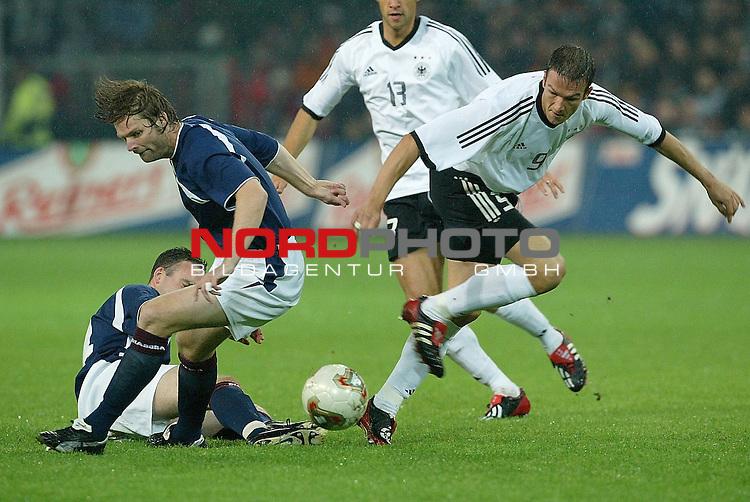 Laenderspiel EM 2004 Qualifikation<br /> Deutschland vs. Schottland 2:1<br /> Fredi Bobic setzt sich gegen den Schotten Steven Pressley durch<br /> <br /> Foto &copy; nordphoto <br />  *** Local Caption *** Foto ist honorarpflichtig! zzgl. gesetzl. MwSt.<br />  Belegexemplar erforderlich<br /> Adresse: nordphoto<br /> Georg-Reinke-Strasse 1<br /> 49377 Vechta