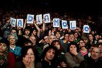Milano: ragazzi alla manifestazione organizzata da Giustizia e Libertà per chiedere le dimissioni di Silvio Berlusconi. .Milan: Giustizia e Libertà (Justice & Freedom) protest against Italian Prime Minister Silvio Berlusconi. Some 10,000 people attended the protest.