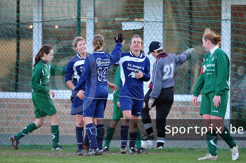Famkes Merkem - VVDG Lommel : Sarah Verschaeve viert haar doelpunt met haar medespeelsters van Merkem.foto DAVID CATRY / Vrouwenteam.be