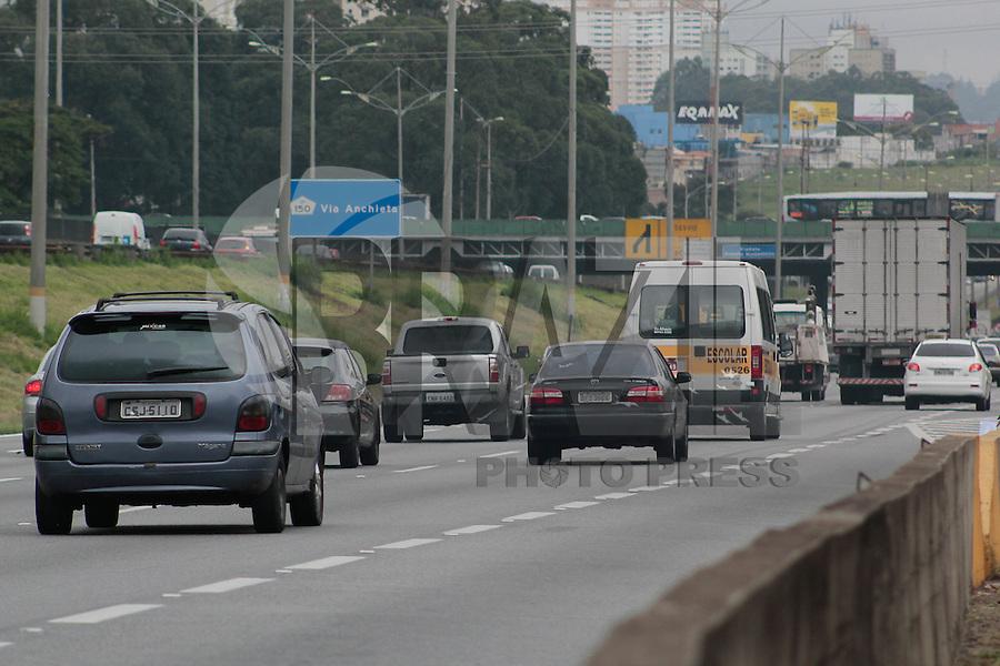 SÃO PAULO,SP, 30.04.2015 - FERIADO-SP - Movimentação na rodovia Anchieta, sentido litoral na tarde desta quinta-feira, (30) véspera do feriado do dia do trabalho. (Foto: Renato Mendes/Brazil Photo Press)