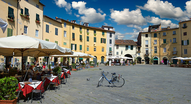 Outdoor cafe's in the Piazza dell'Anfiteatro inside the ancinet Roman ampitheatre of Lucca, Tunscany, Italy