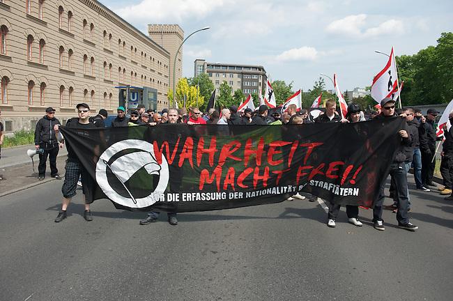 Etwa 70 bis 80 Neonazis von den Autonomen Nationalisten und der NPD versuchten am Samstag den 14. Mai 2011 in Berlin Kreuzberg eine Demonstration unter dem Motto &quot;Wahrheit macht frei&quot; zu veranstalten. Zu der Demonstration waren Neonazis aus Niedersachsen, Brandenburg und Nordrhein Westfalen angereist. Die Demonstration und die Demonstrationsroute wurde in Zusammenarbeit mit der Polizei geheim vorbereitet. Dennoch gelang es mehr als 800 Menschen die Domstration mit Blockaden zu verhindern. Die Neonazis wurden von der Polizei in die U-Bahn geleitet, wo sie unter den Augen der Polizei Auslaender verpruegeln konnten.<br /> 14.5.2011, Berlin<br /> Foto: Christian-Ditsch.de<br /> [Inhaltsveraendernde Manipulation des Fotos nur nach ausdruecklicher Genehmigung des Fotografen. Vereinbarungen ueber Abtretung von Persoenlichkeitsrechten/Model Release der abgebildeten Person/Personen liegen nicht vor. NO MODEL RELEASE! Don't publish without copyright Christian-Ditsch.de, Veroeffentlichung nur mit Fotografennennung, sowie gegen Honorar, MwSt. und Beleg. Konto:, I N G - D i B a, IBAN DE58500105175400192269, BIC INGDDEFFXXX, Kontakt: post@christian-ditsch.de]