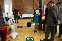 Wissenschaftsminister Boris Rhein mit Roboter Pepper und Dekanin Prof. Dr. Ruth Stock-Homburg (TU Darmstadt)