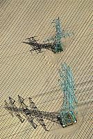 4415/Strommasten: DEUTSCHLAND, SCHLESWIG- HOLSTEIN, (GERMANY), 05.05.2007: Strommast, Strommasten, Deutschland, Schleswig-Holstein, Energie, Elektrizitaet, Stromleitung, Wirtschaft, Strommasten, Feld, Acker, Schatten, Kreuzung, Strommast, Strom, Energie, Elektrizitaet, Himmel, Silhouetten, Silhouette, Umriss, Umrisse, Masten, Mast, Leitung, Leitungen, Stromleitungen, Stromleitung, Ueberlandleitung,  Versorgung, Stromversorgung, Ueberlandleitung, Luftbild, Luftaufnahme, CO2,  .c o p y r i g h t : A U F W I N D - L U F T B I L D E R . de.G e r t r u d - B a e u m e r - S t i e g  1 0 2,  .2 1 0 3 5  H a m b u r g ,  G e r m a n y.P h o n e  + 4 9  (0) 1 7 1 - 6 8 6 6 0 6 9 .E m a i l      H w e i 1 @ a o l . c o m.w w w . a u f w i n d - l u f t b i l d e r . d e.K o n t o : P o s t b a n k    H a m b u r g .B l z : 2 0 0 1 0 0 2 0  .K o n t o : 5 8 3 6 5 7 2 0 9.C  o p y r i g h t   n u r   f u e r   j o u r n a l i s t i s c h  Z w e c k e, keine  P e r s o e n  l i c h ke i t s r e c h t e   v o r  h a n d e n,  V e r o e f f e n t l i c h u n g  n u r    m i t  H o n o r a r  n a c h  MFM, N a m e n s n e n n u n g und B e l e g e x e m p l a r !...