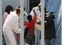 320 immigrati sono sbarcati nel porto di nave dalla nave Scirocco <br /> nella foto visite mediche o su un bambino
