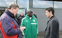 U17 : Belgian Red Flames - Nigeria <br /> <br /> Verslaggever van &quot;Vrouwenteam&quot; in gesprek met de Nigeriaanse coach Bala Nikya<br /> <br /> foto Dirk Vuylsteke / Nikonpro.be