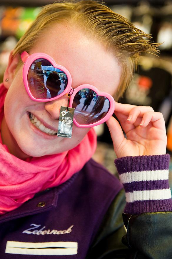 Nederland, Amsterdam, 21 okt 2010.Meisje  van 15 jaar. Winkelen in de stad ..Foto (c)  Michiel Wijnbergh..Commercieel gebruik mogelijk na overleg. Adressen van de meisje bekend bij fotograaf.