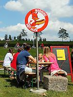 Festival in Amsterdam, De Rollende Keukens.  Rijdende keukens waar bijzondere snacks worden verkocht, zoals gefrituurde sprinkhanen of vegetarische gyros. Hot Duck