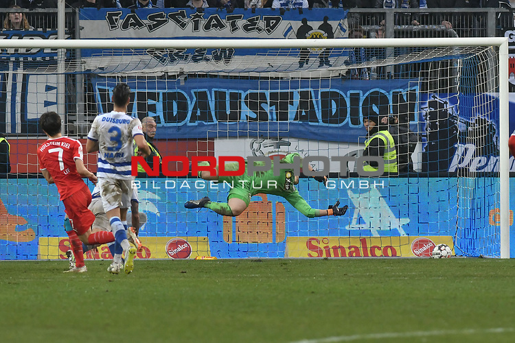 02.12.2018, Schauinsland-Reisen-Arena, Duisburg, GER, 2. FBL, MSV Duisburg vs. Holstein Kiel, DFL regulations prohibit any use of photographs as image sequences and/or quasi-video<br /> <br /> im Bild Jae-sung Lee (#7, Holstein Kiel) macht das Tor zum 0:4<br /> <br /> Foto © nordphoto/Mauelshagen
