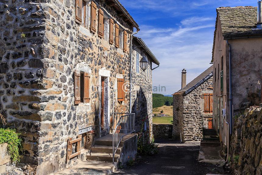 France, Haute-Loire (43), Fay-sur-Lignon, ruelle du village // France, Haute Loire, Fay sur Lignon, street in the village