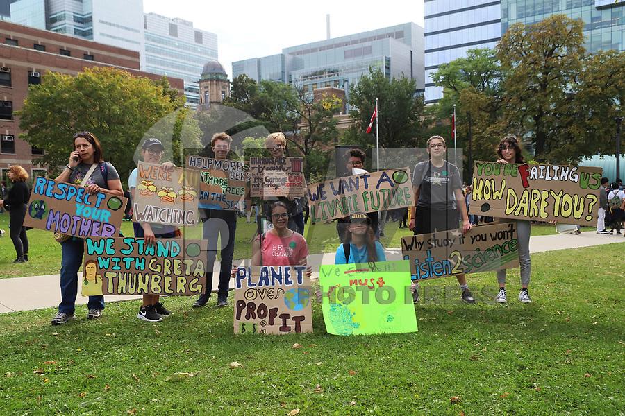 TORONTO, CAN, 27.09.2019 - PROTESTO-CAN - Manifestantes durante Greve Geral pelo Clima, na cidade de Toronto, no Canadá, nesta sexta-feira, 27. (Foto Charles Sholl/Brazil Photo Press/Folhapress)