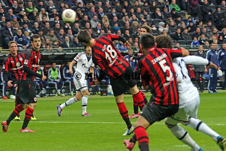 Atsuto Uchida (Schalke) schießt und Johannes Flum (Eintracht) lenkt den Ball ab zum 0:1 - Eintracht Frankfurt vs. FC Schalke 04, Commerzbank Arena