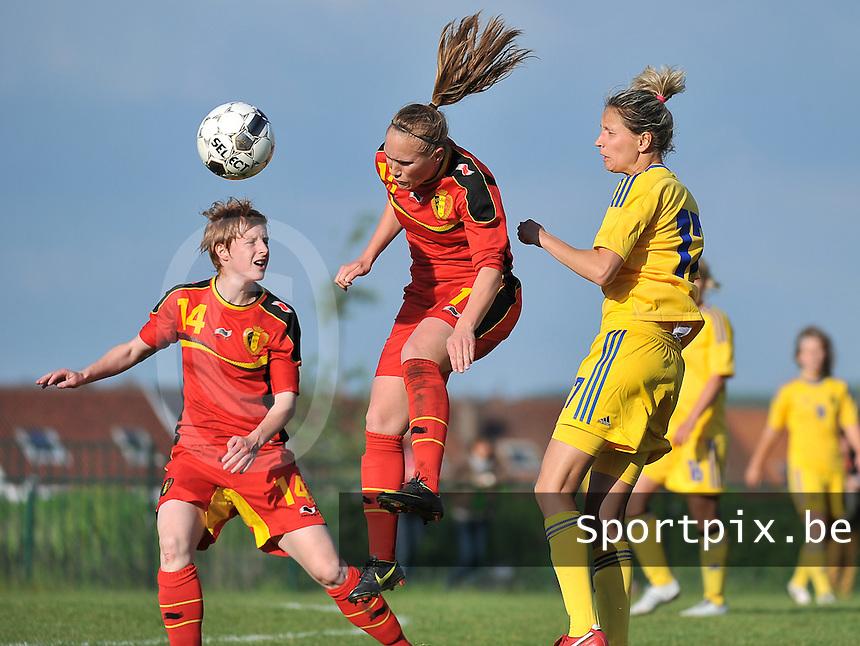 Belgium - Ukraine : Janice Cayman (11) wint het kopduel voor Lien Mermans (links) en Daria Apanashchenko  (rechts)<br /> foto DAVID CATRY / Nikonpro.be