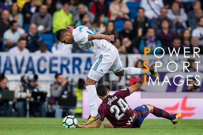 Carlos Henrique Casemiro (l) of Real Madrid competes for the ball with Joan Jordan Moreno of SD Eibar during the La Liga 2017-18 match between Real Madrid and SD Eibar at Estadio Santiago Bernabeu on 22 October 2017 in Madrid, Spain. Photo by Diego Gonzalez / Power Sport Images