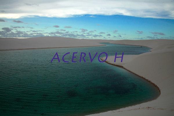 Len&ccedil;&oacute;is Maranhenses Parque Nacional Inst&acirc;ncia:  Prote&ccedil;&atilde;o Integral &Aacute;rea (ha): 155.000 (Decreto - 86.060 - 02/06/1981) Jurisdi&ccedil;&atilde;o Legal: Outros Ano de cria&ccedil;&atilde;o: 1981<br />&Oacute;rg&atilde;o gestor: Instituto Chico Mendes de Conserva&ccedil;&atilde;o da Biodiversidade<br /><br />Caracter&iacute;sticas<br />Sendo o &uacute;nico deserto brasileiro (cheio de &aacute;gua durante alguns meses do ano), a regi&atilde;o chamou a aten&ccedil;&atilde;o dos pesquisadores do Projeto RADAMBRASIL, que sentiram a necessidade da preserva&ccedil;&atilde;o do local. Desta forma, com base na proposta apresentada pelo projeto para preencher lacunas existentes no ent&atilde;o sistema de Unidades de Conserva&ccedil;&atilde;o, que objetiva conservar amostras de toda a diversidade de ecossistemas naturais do Pa&iacute;s, foi criado o Parque.<br />Aspectos culturais e hist&oacute;ricos: O Parque &eacute; um celeiro de pescadores, sendo que alguns deles tornam-se n&ocirc;mades em algumas &eacute;pocas do ano, principalmente no ver&atilde;o que &eacute; mais prop&iacute;cio a pesca. Existem dois o&aacute;sis dentro do Parque onde vivem diversas fam&iacute;lias. Suas dunas s&atilde;o m&oacute;veis provocando muitas vezes soterramento de casas e carros. O nome da unidade &eacute; devido &agrave; vis&atilde;o que se tem ao observar o Parque do alto, a qual lembra um len&ccedil;ol jogado com desleixo sobre a cama.<br />Clima tropical caracterizado por apresentar uma temperatura m&eacute;dia sempre superior a 18&deg;C, e um regime pluviom&eacute;trico que define duas esta&ccedil;&otilde;es: uma chuvosa e outra seca com um total de precipita&ccedil;&atilde;o mensal inferior a 60 mm nos meses mais secos.<br />A Oeste predominam as &quot;rias&quot;, com forma&ccedil;&atilde;o de praias, manguezais, dunas, restingas e pequenas fal&eacute;sias; a leste do rio Piri&aacute;, predominam as forma&ccedil;&otilde;es arenosas. As dunas formam o