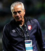 PALMIRA - COLOMBIA - 31 - 03 - 2018: Gregorio Perez, técnico de Independiente Santa Fe, durante partido entre Deportivo Cali y el Independiente Santa Fe, de la fecha 12 por la liga Aguila I 2018, jugado en el estadio Deportivo Cali (Palmaseca) en la ciudad de Palmira. / Gregorio Perez, coach of Independiente Santa Fe, during a match between Deportivo Cali and Independiente Santa Fe, of the 12th date for the Liga Aguila I 2018, at the Deportivo Cali (Palmaseca) stadium in Palmira city. Photo: VizzorImage  / Nelson Rios / Cont.