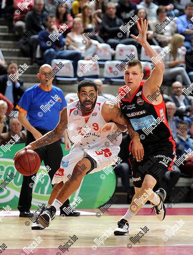 2014-01-17 / Basketbal / seizoen 2013-2014 / Antwerp Giants - Charleroi / Ryan Pearson (l. Giants) met Karol Gruszecki<br /><br />Foto: Mpics.be