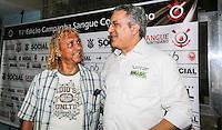 SAO PAULO, SP, 06 ABRIL 2013 - CAMPANHA SANGUE CORINTIANO -  O ex jogador Biro Biro (E) e o Ministro da Saúde Alexandre Padilha.durante o primeiro dia da 11ª edição da Campanha Sangue Corintiano que acontece entre os dias 06 e 13 de abril, no Hemocentro do Hospital das Clínicas, em São Paulo nesta sábado, 06.  FOTO: WILLIAM VOLCOV / BRAZIL PHOTO PRESS.