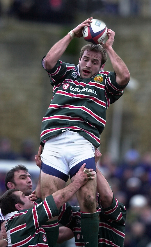 Photo. Richard Lane. .Bath v Leicester. Zurich Premiership. 26-12-2000.Paul Gustard wins a line out.
