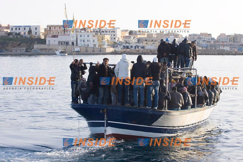 La motovedetta della Guardia Costiera  recupera un barcone a  circa dieci miglia dalla costa con a bordo circa 120 profughi provenienti dalla Tunisia..Lampedusa 07 Marzo 2011..Photo Serena Cremaschi Insidefoto.....