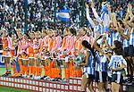 ROSARIO - Oranje kijkt toe hoe Argentinie het kampioenschap viert, zaterdag na de finale van het WK hockey 2010 in Rosario. Nederland verloor met 3-1 de finale.